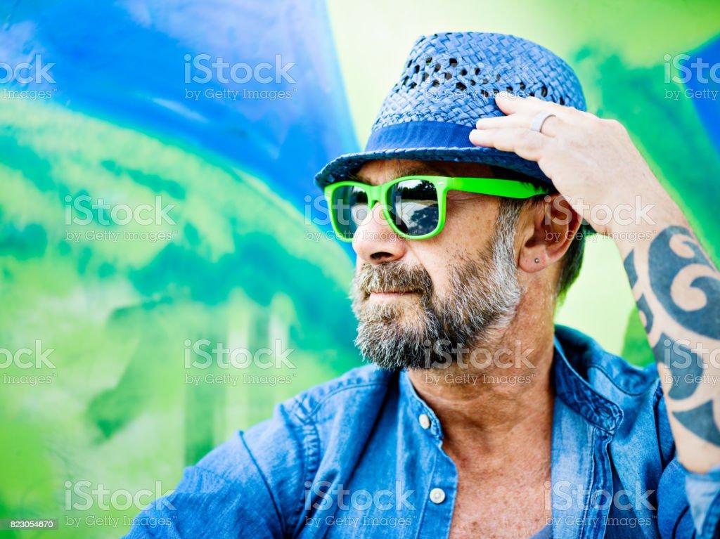 Retrato de homem maduro, graffiti no fundo - foto de acervo