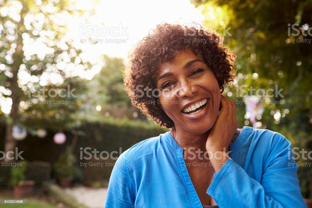 Retrato de mujer madura en el jardín de la yarda de atrás - foto de stock