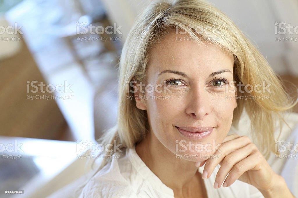 성숙한 여성 인물 앉아 소파 royalty-free 스톡 사진