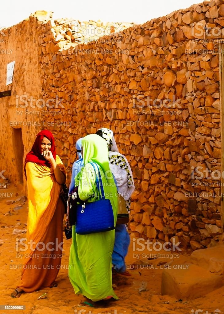 Portrait of mauritanian women in national dress Melhfa , Chinguetti, Mauritania stock photo