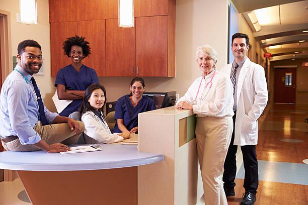 Retrato de equipe médica no posto de enfermagem ao Hospital - foto de acervo