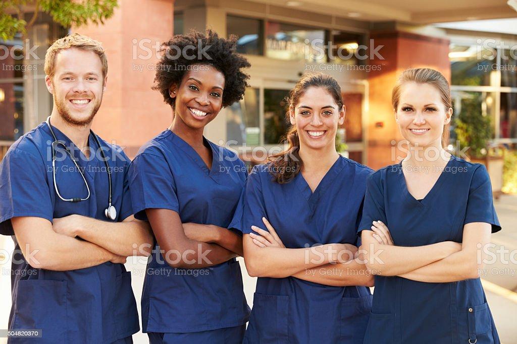 Retrato de uma equipe de médicos em pé do lado de fora do Hospital - foto de acervo