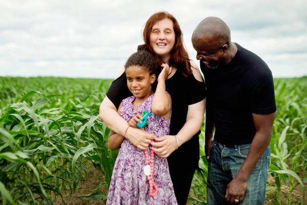 porträt der gemischten rasse familie mit autistischen tochter in der natur. - autismus stock-fotos und bilder