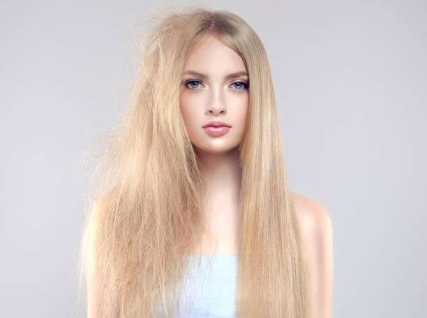 porträt des modells mit haar in verschiedenen zustand auf kopf. - krause haare stock-fotos und bilder