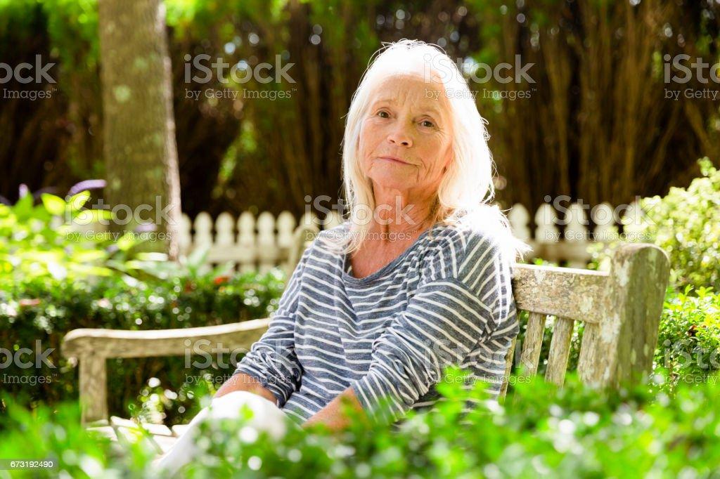 Porträt der moderne, attraktive Reife Frau sitzen im park – Foto