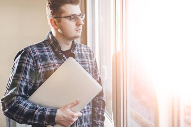 Porträt des modernen smarten Mannes. Er ist Millennial. Er kleidete sich informell. Er trägt ein Hemd. In der Nähe von Fenster innen. Konzeptfoto mit Kopierraum. – Foto