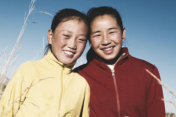 porträt der mongolischen zwei schwestern mit schönem lächeln konzept - rawpixel stock-fotos und bilder