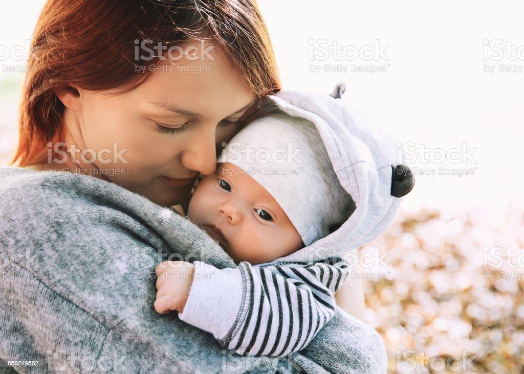 Retrato de la madre y el bebé. Bebé recién nacido durmiendo en las manos de su madre. - foto de stock