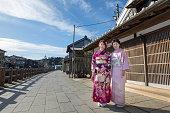 成人の日の伝統的な街で母と娘の肖像
