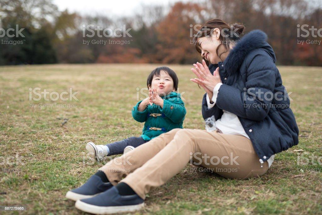 母と秋の息子の肖像画を残すシーズン ストックフォト