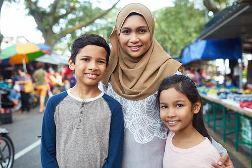 Portret Van De Moeder Met Kinderen In De Markt Stockfoto en meer beelden van 10-11 jaar