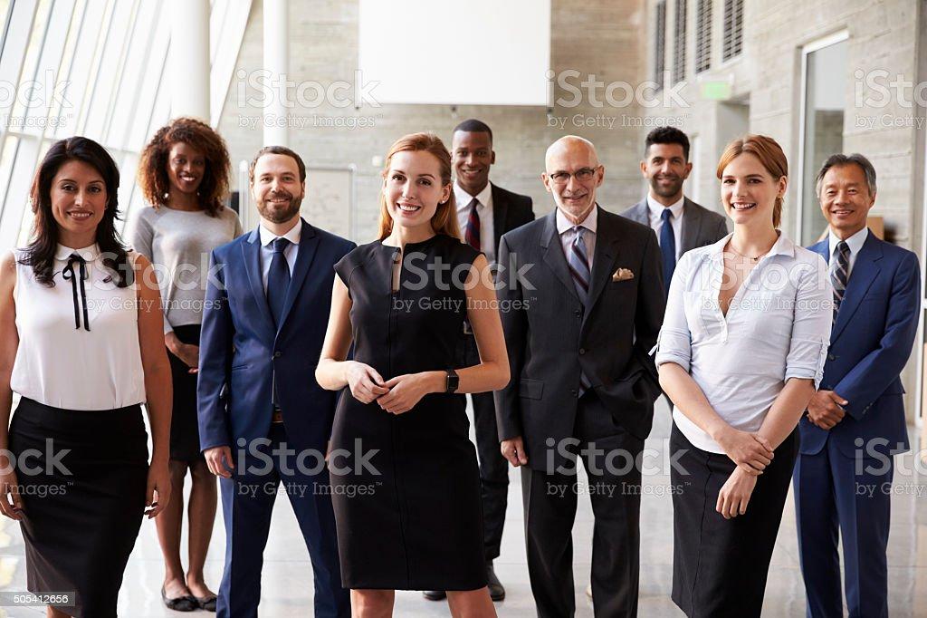 Retrato de equipo de negocios en la oficina Cultural - foto de stock