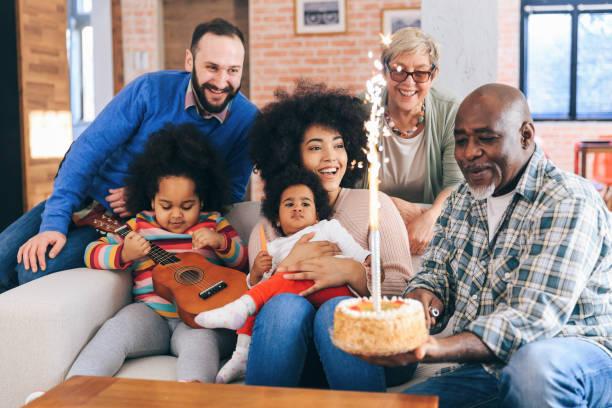 porträt der multiethnischen familie feiert geburtstagsfeier - gitarren geburtstagstorten stock-fotos und bilder