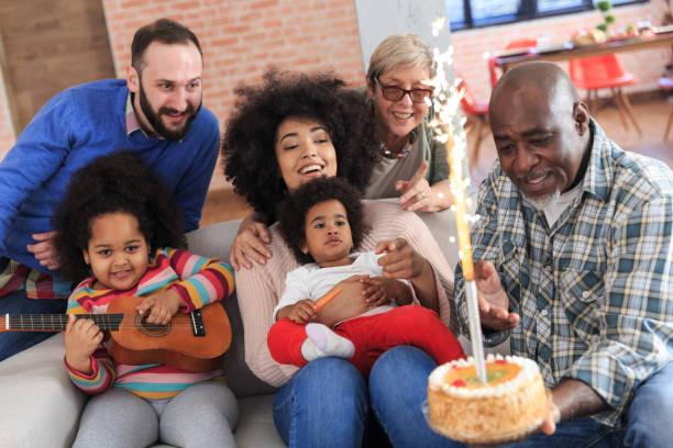 porträt des multiethnischen familie feiern geburtstagsparty - gitarren geburtstagstorten stock-fotos und bilder