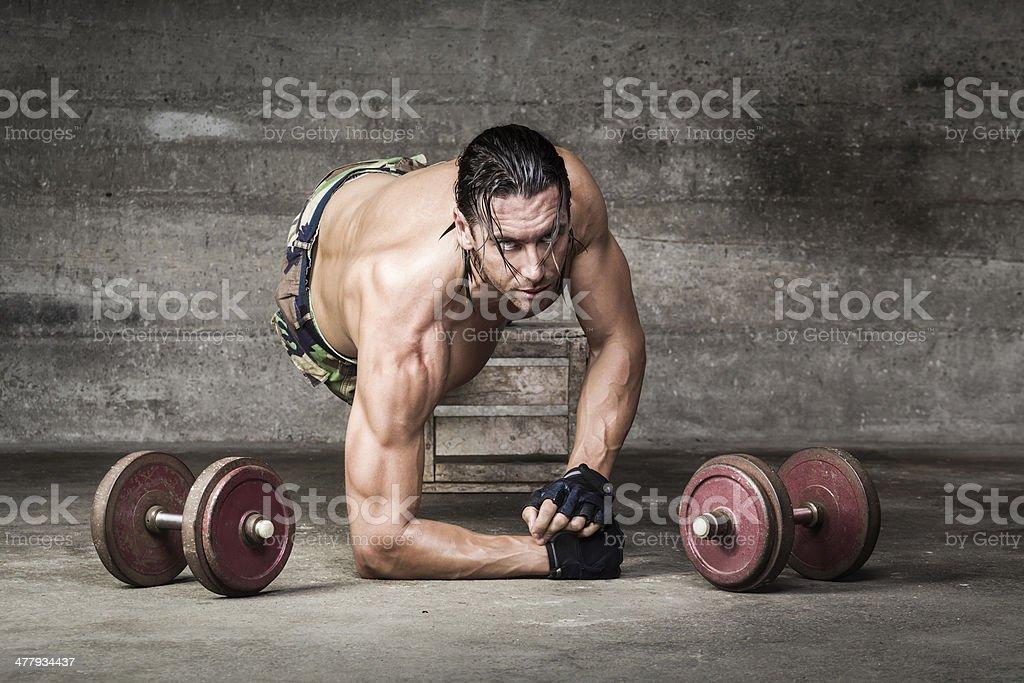 Retrato de deportista con mirada muscular intenso - Foto de stock de Actividad libre de derechos