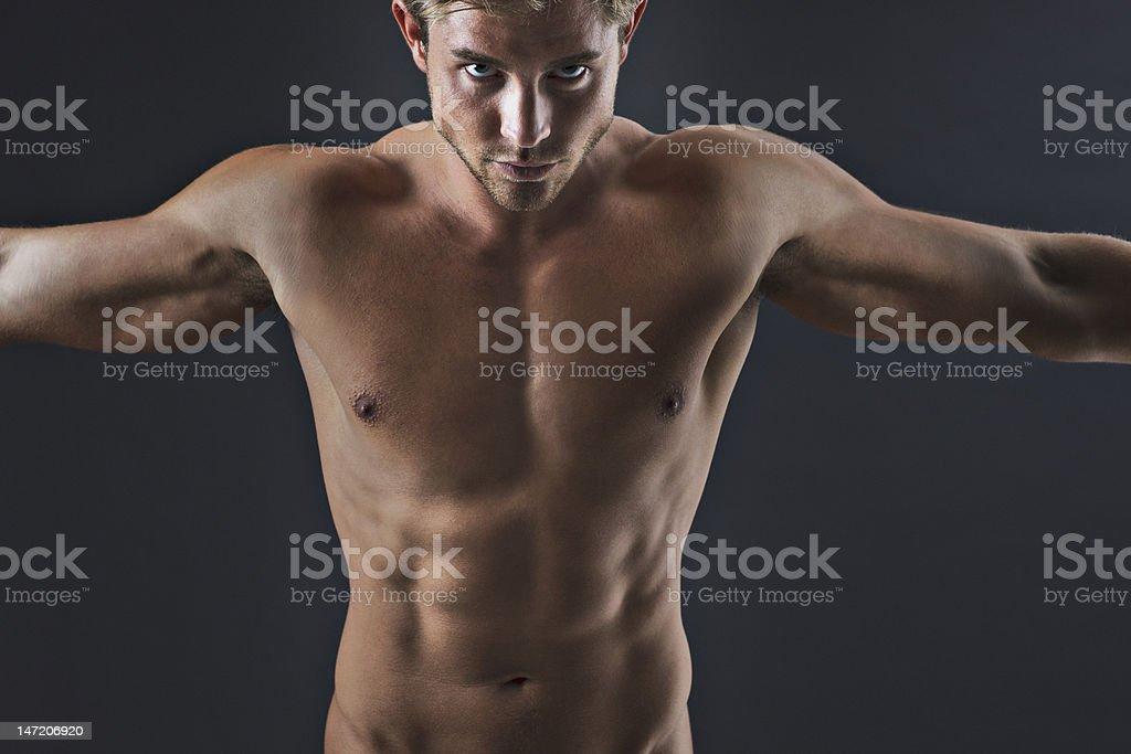 Retrato De Hombre Con Musculares Brazos Estirados Stock Foto e ...
