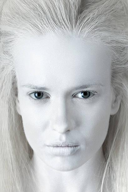 porträt des geheimnisvollen albino-frau - vampir schminken frau stock-fotos und bilder