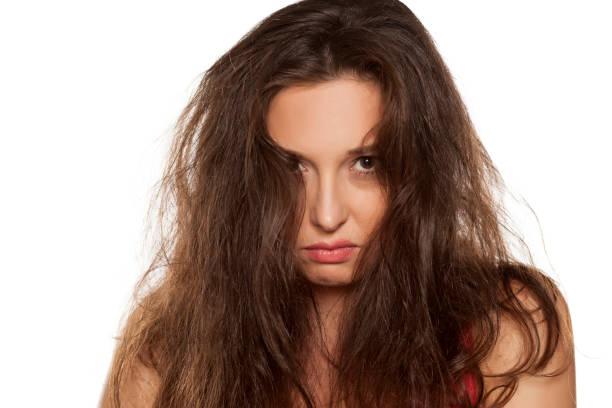 tousled saçlı sinir genç kadın portresi - kabarık saç stok fotoğraflar ve resimler