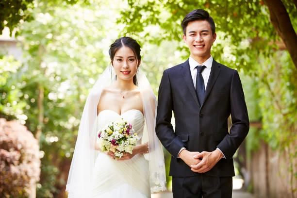 porträt von asiatischen brautpaar - hochzeitsbilder stock-fotos und bilder