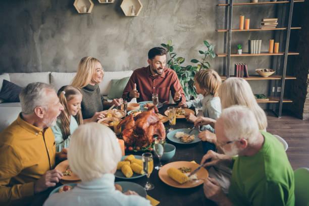 좋은 매력적인 쾌활 한 큰 가족 그룹 그룹 형제 자매 모임 모임 먹는 국내 식사 요리 브런치 감사 현대 로프트 산업 스타일 인테리어 하우스의 초상화 - 사교모임 뉴스 사진 이미지