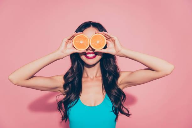 portret van leuke vrolijke vrolijke dwaas glamoureuze mooie attrac - vitamine c stockfoto's en -beelden