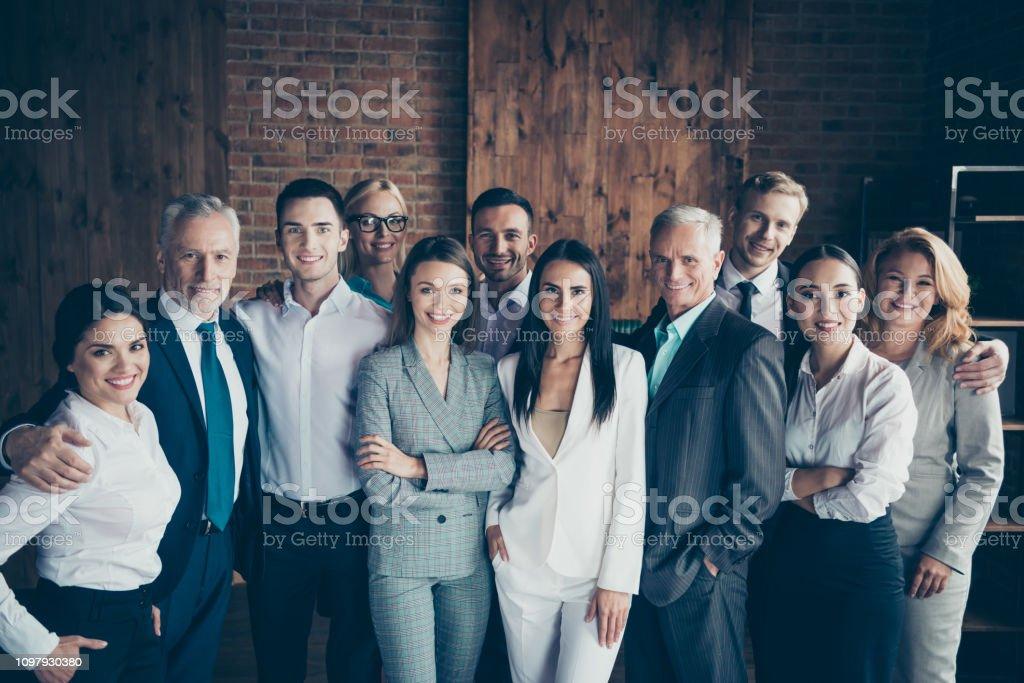 Porträt von schön fröhlich elegant edel stilvoll trendige vielfältige Profigeschäft Menschen Haie Treffen internationaler Firmengründer am Arbeitsplatz Bahnhof Holz Loft Interieur - Lizenzfrei Anwerbung Stock-Foto