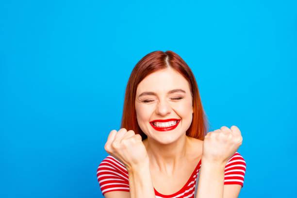 retrato de bom vívido menina vermelha reta cabelos feliz sorrindo - excitação - fotografias e filmes do acervo