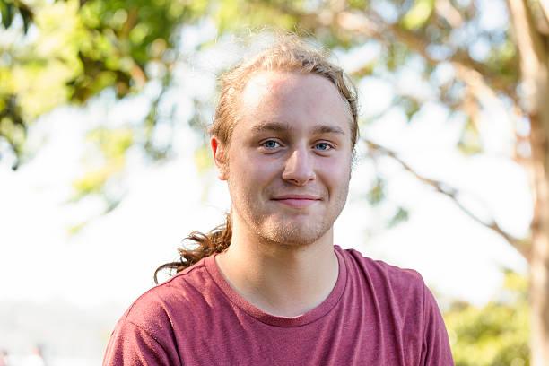 Ritratto di diciannove anni giovane uomo che guarda macchina fotografica - foto stock