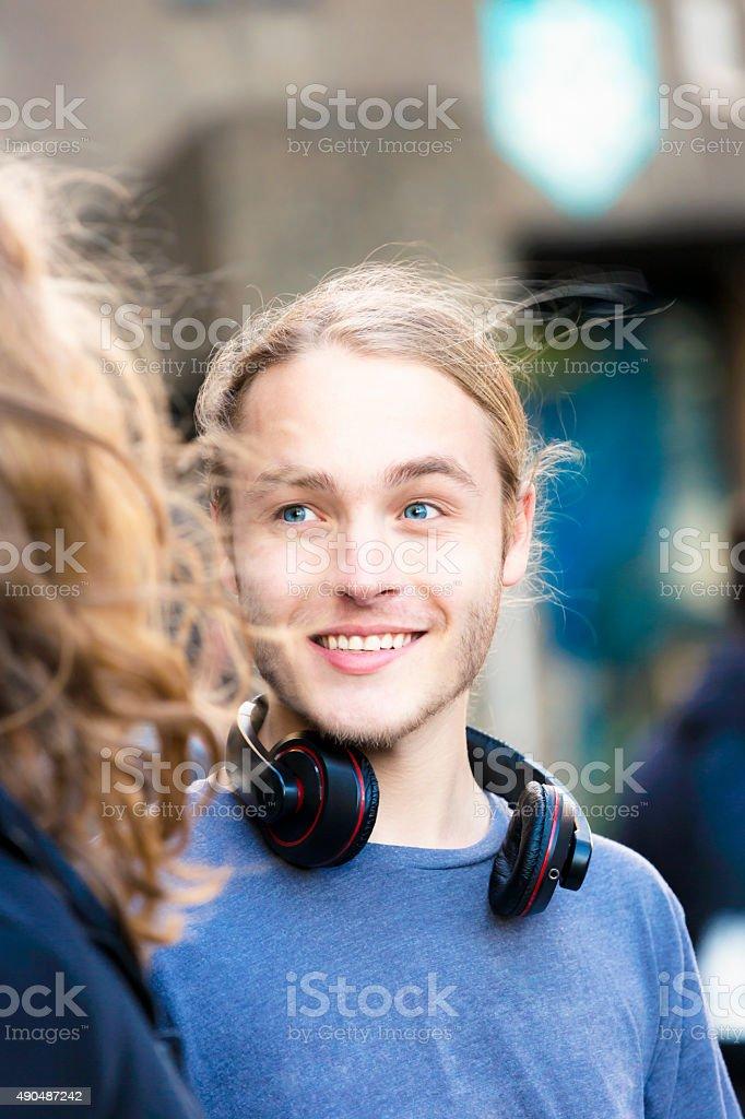 Retrato de dezanove anos jovem Homem falando e sorrindo - foto de acervo