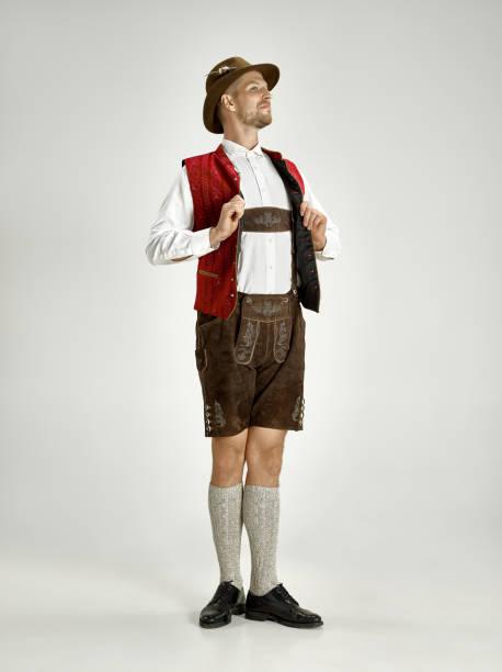 portrait von oktoberfest mann, bayerische tracht - bier kostüm stock-fotos und bilder