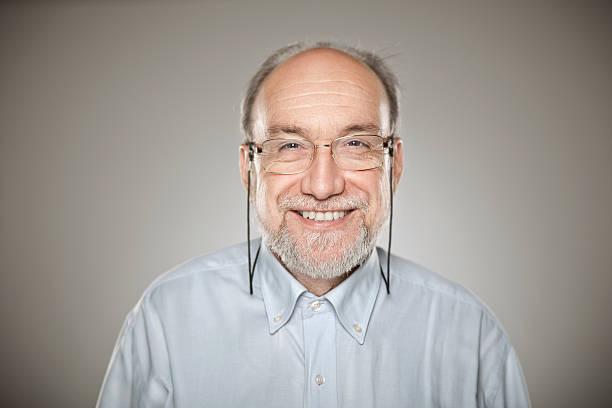 porträt von alter mann mit brille und lächeln - einzelner senior stock-fotos und bilder