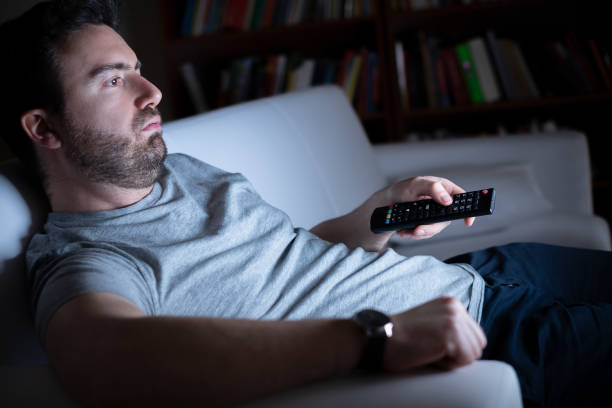 retrato de un hombre caucásico viendo tv - pereza fotografías e imágenes de stock