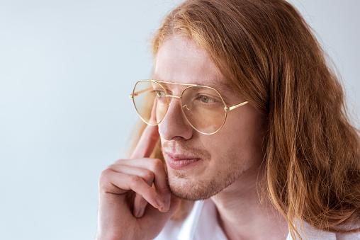 곱슬 머리와 안경 흰색 절연 잠겨있는 세련 된 실업가의 초상화 경영자에 대한 스톡 사진 및 기타 이미지