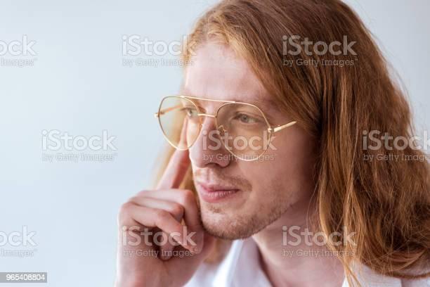 Foto de Retrato Do Empresário Elegante Pensativo Com Cabelo Encaracolado E Óculos Isolados No Branco e mais fotos de stock de Adulto