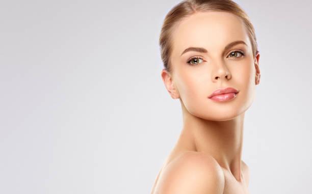 porträt einer perfekt aussehenden jungen frau mit angenehmem gesichtsausdruck. gesichtsbehandlung und kosmetologie. - beauty stock-fotos und bilder