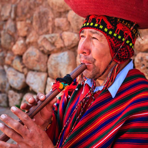 porträt von peruanischen mann spielt die flöte, sacred valley - kleidung amerikanischer ureinwohner stock-fotos und bilder