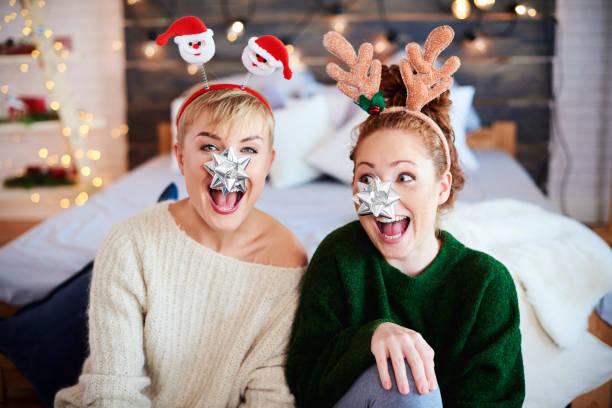 porträt von verspielten freunde zu weihnachten - deko geweih stock-fotos und bilder