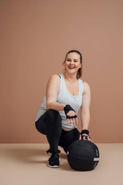 retrato da mulher desportiva do tamanho positivo - body positive - fotografias e filmes do acervo