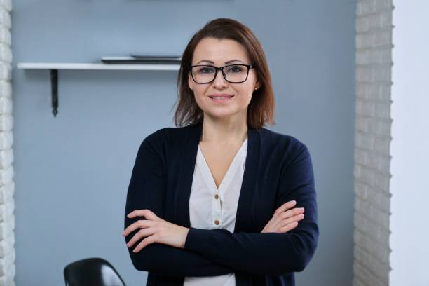 Retrato de mujer madura de confianza positiva con los brazos cruzados - foto de stock