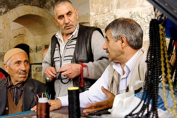 porträt von gebetskette handwerker - kurdische sprache stock-fotos und bilder