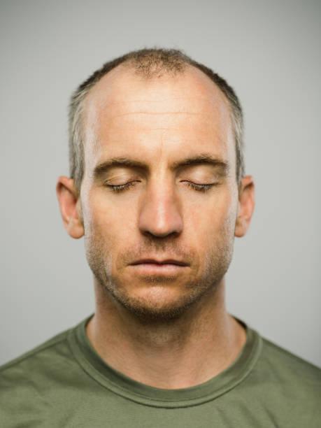 retrato do homem caucasiano real com expressão e os olhos em branco fechados - olhos fechados - fotografias e filmes do acervo