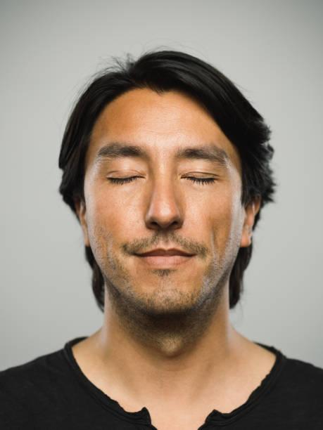 retrato de homem real espanhola com expressão vazia e olhos fechados - olhos fechados - fotografias e filmes do acervo
