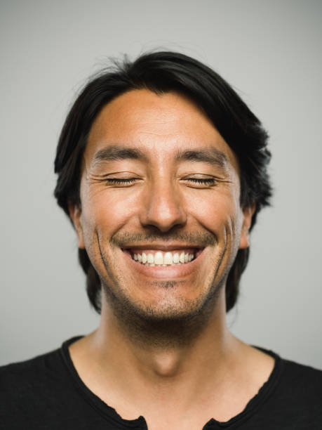 retrato de homem real espanhola com expressão feliz e de olhos fechados - olhos fechados - fotografias e filmes do acervo