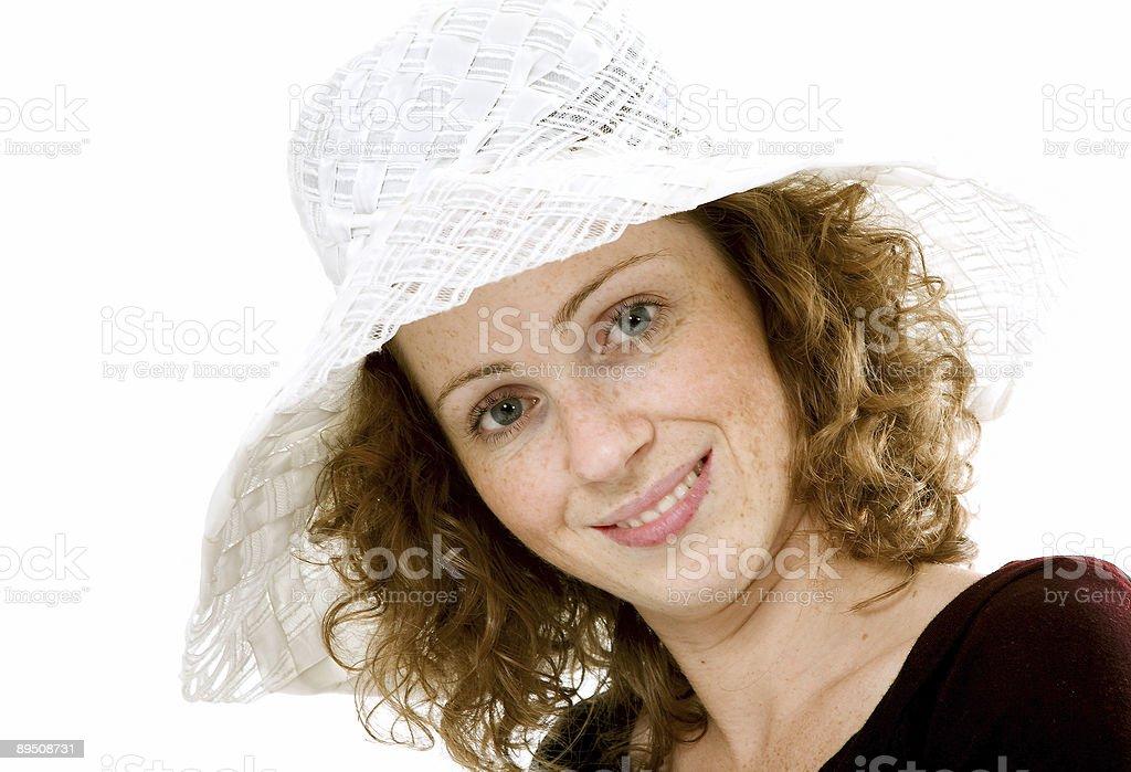 Portrait de modèle aux cheveux rouge avec un chapeau blanc. photo libre de droits