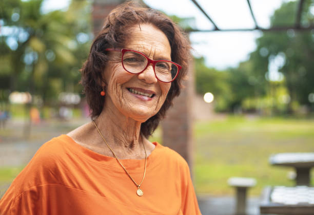 portret van senior vrouw roodharige - latijns amerikaanse en hispanic etniciteiten stockfoto's en -beelden