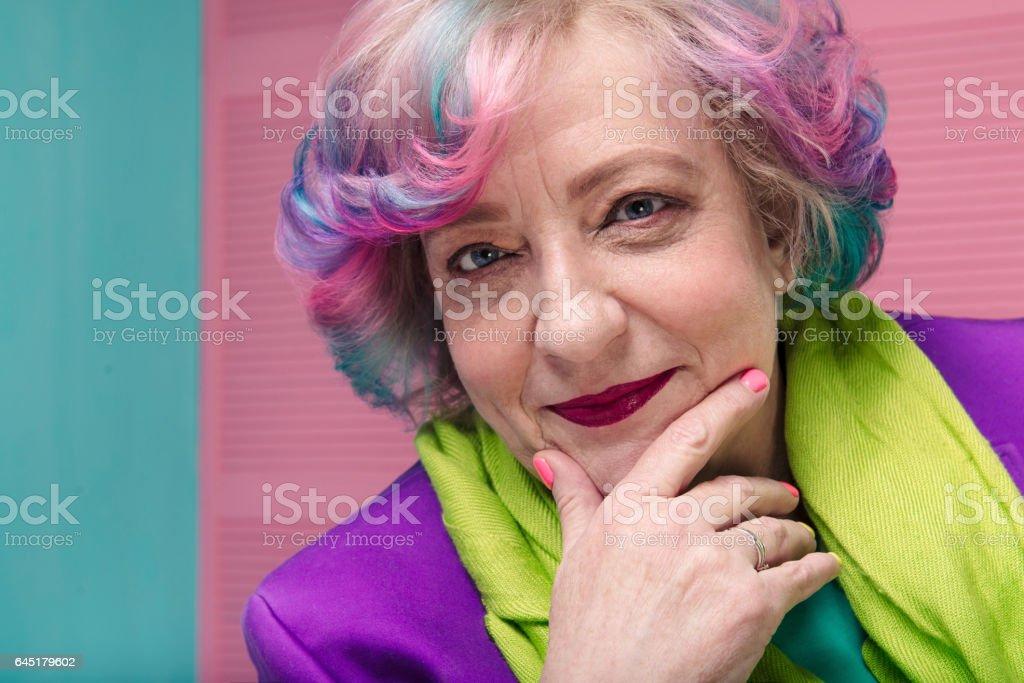 Portrait d'une femme élégante retraite au son des années 60 - Photo