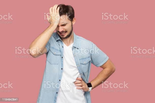 Porträt Des Traurigen Allein Losen Bärtigen Jungen Mann In Blauem Lässigen Stil Hemd Steht Hält Den Kopf Nach Unten Und Denken Was Zu Tun Ist Stockfoto und mehr Bilder von Bankrott