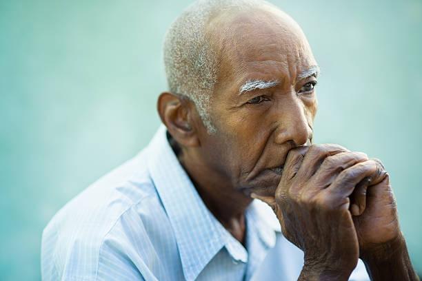 portrait of sad bald senior man - sadece yaşlı bir adam stok fotoğraflar ve resimler