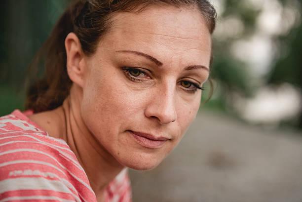 portrait of sad woman - mid volwassen vrouw stockfoto's en -beelden