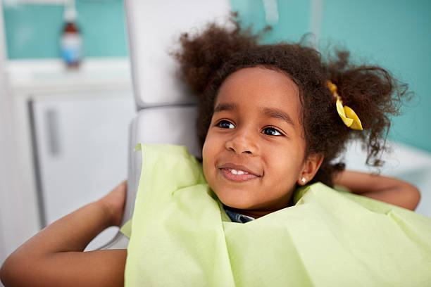 portrait of satisfied child after dental treatment - dentiste photos et images de collection